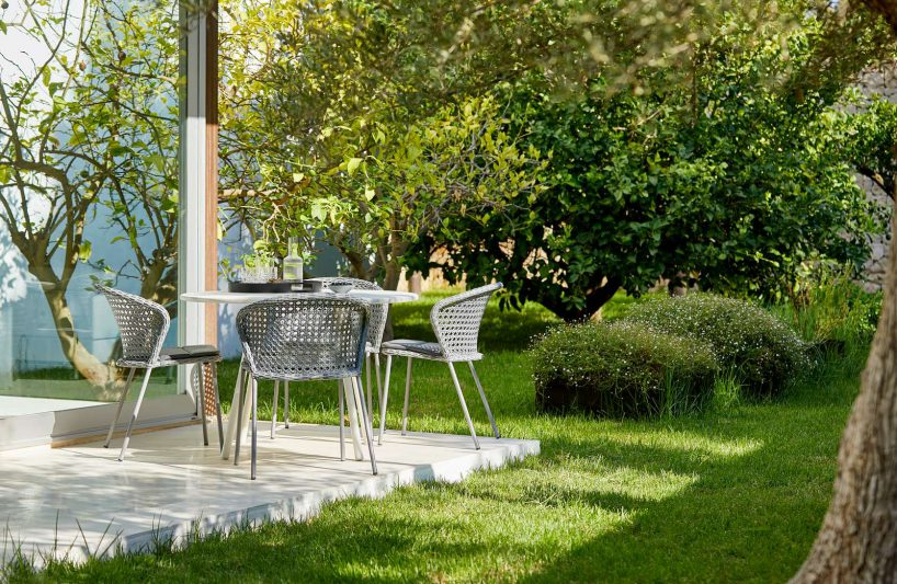 meble ogrodowe na zielonej trawie