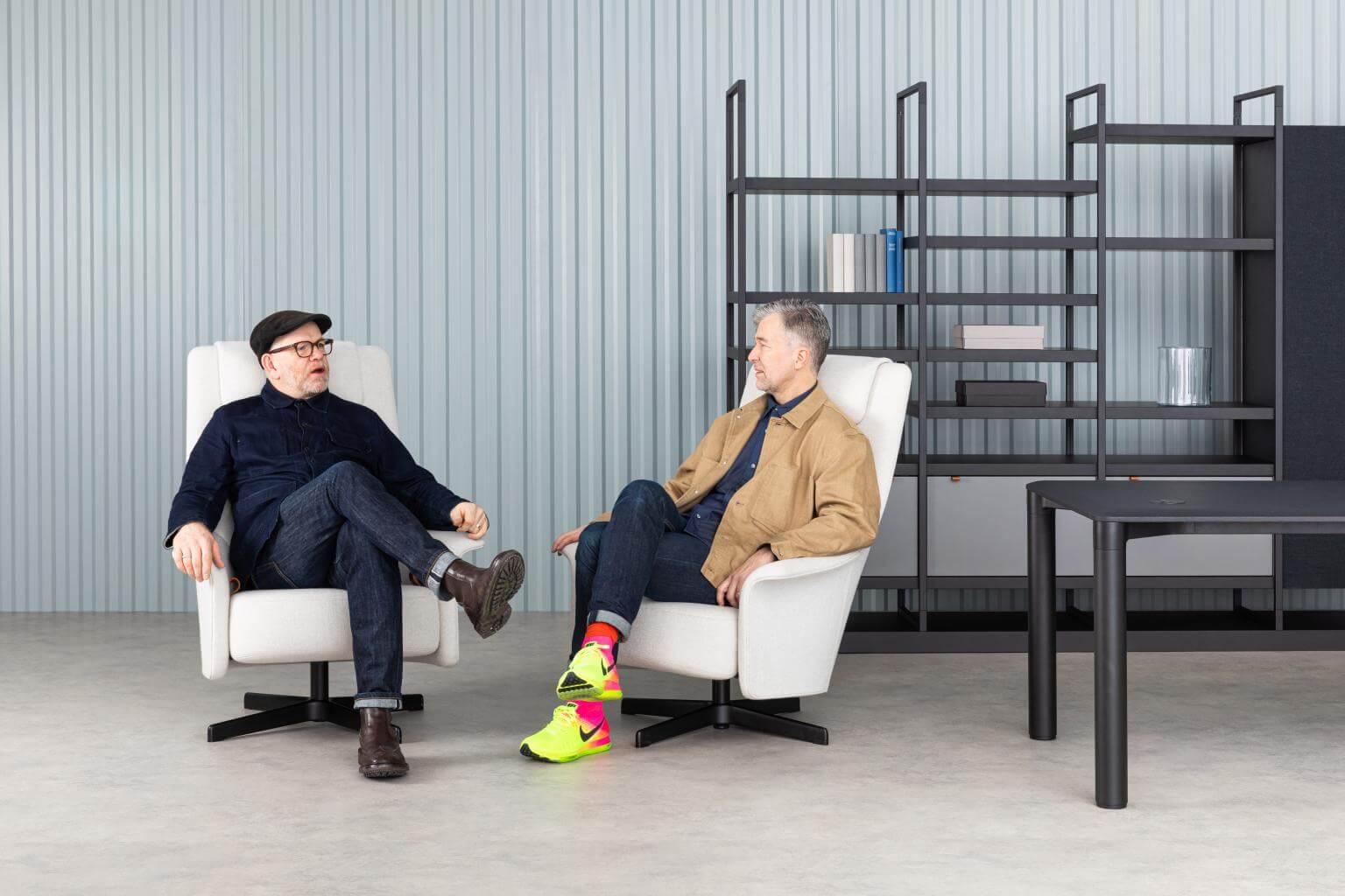 Luke Pearson & Tom Lloyd siedzący na serii PORTS wprzestrzeni biura