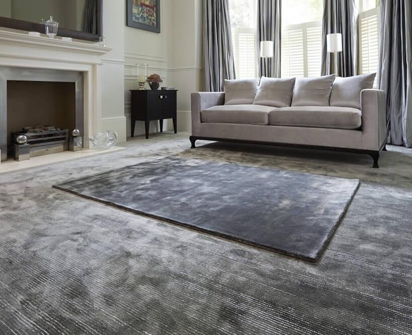 ciemny dywan wsalonie