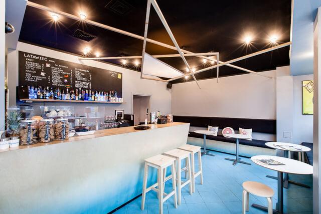 duży bar wkawiarni zniebieską podłogą