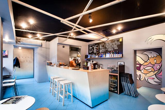 niebieska podłoga wkawiarni zkolorowymi szkicami
