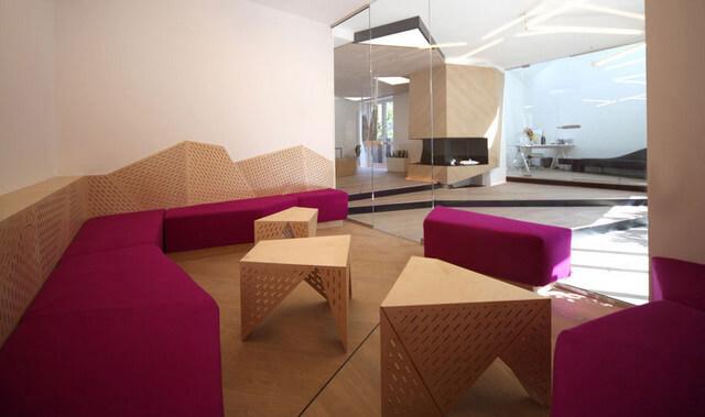 fioletowe siedzeniaz kartonowymi stołami