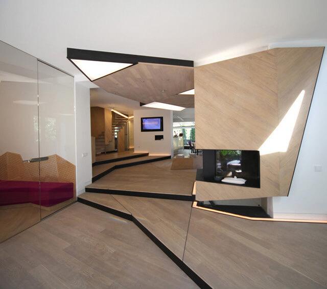 nowoczesny ciepły drewniany salon zkominkiem