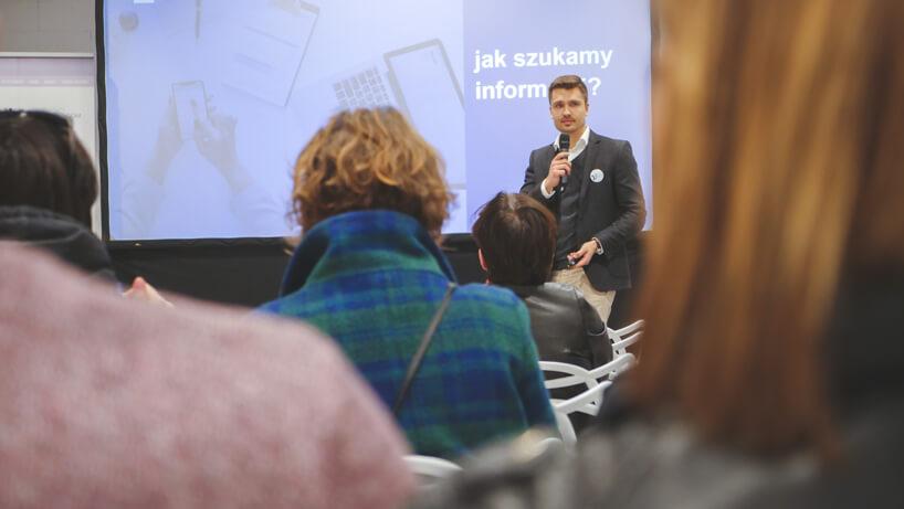 mężczyzna wgarniturze podczas wystąpienia