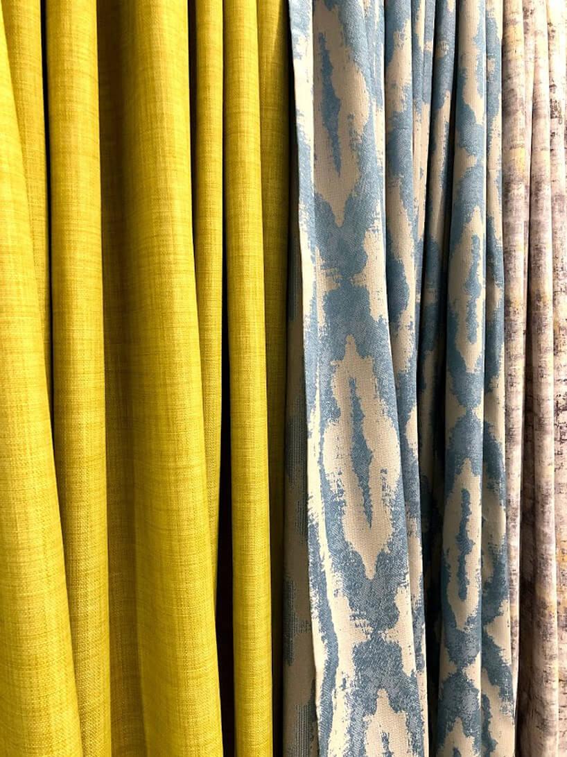 trzy wiszące tkaniny