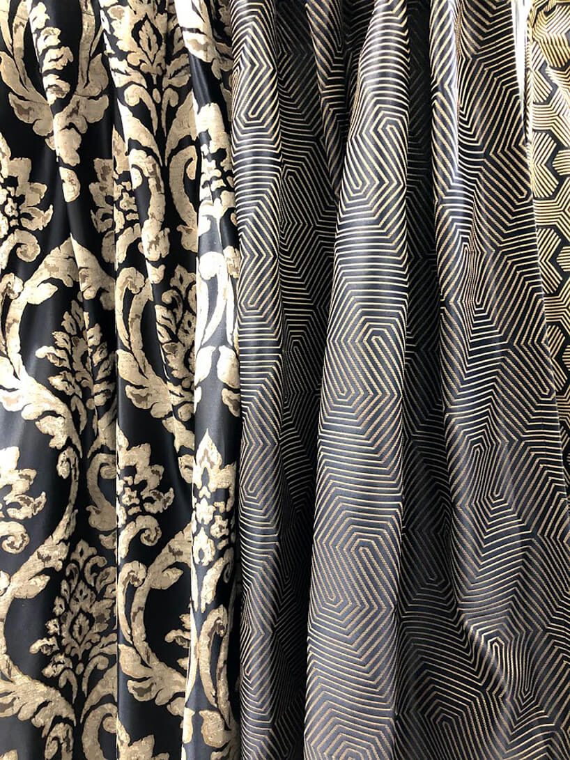 trzy wiszące ciemne wzorzyste tkaniny