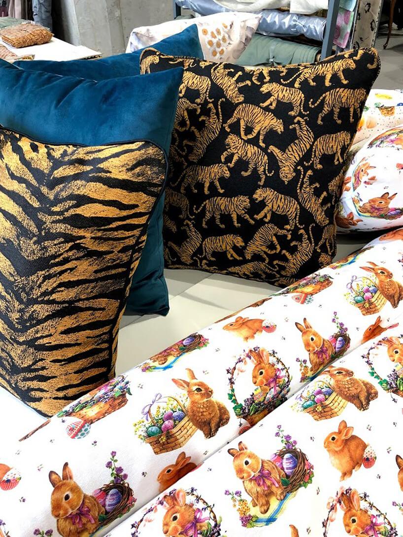 trzy poduszki obok tkaniny wkróliki wielkanocne