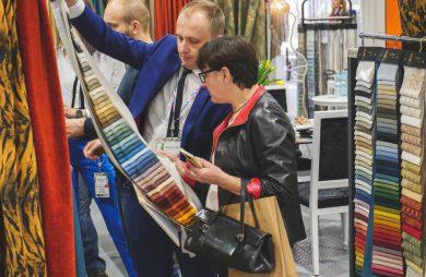 kobieta i mężczyzna podczas oglądania próbek materiału na 14. Interior Design Forum