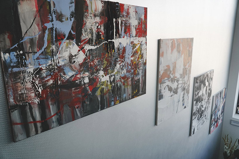 cztery obrazy olejne wiszące na białej ścianie