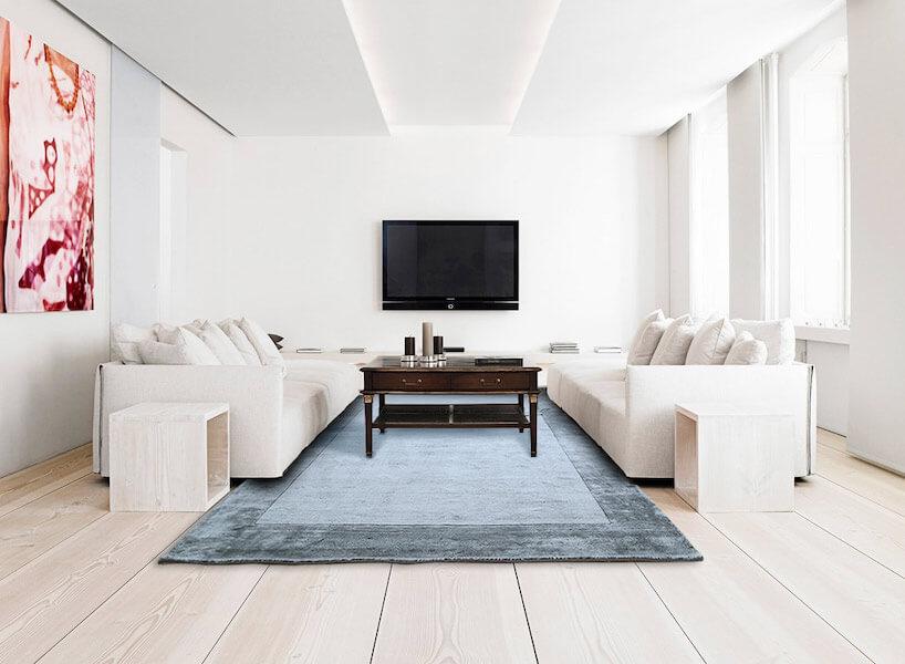 ciemno niebieski dywan wjasnym salonie