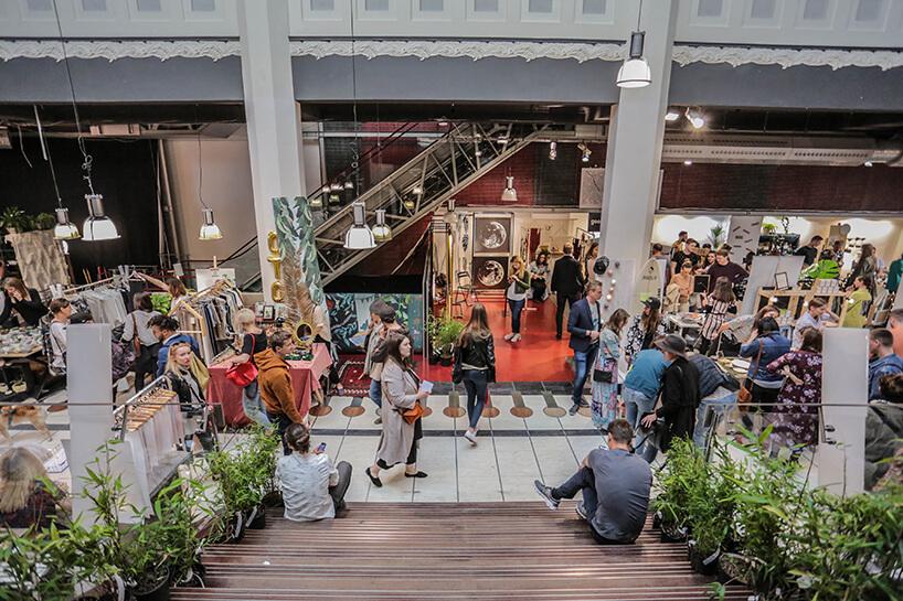 odwiedzający podczas 1 edycji targów Jungleholic zgrafiką jaguara zdjęcie ze schodów
