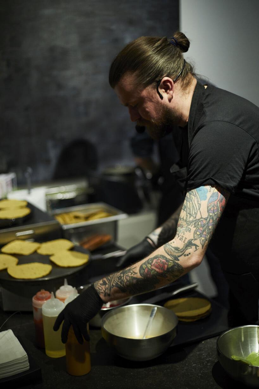 kucharz podczas przygotowywania posiłków na 20-lecie BoConcept wPolsce