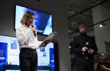 dwóch prowadzących na scenie podczas 20 lecia BoConcept w Polsce
