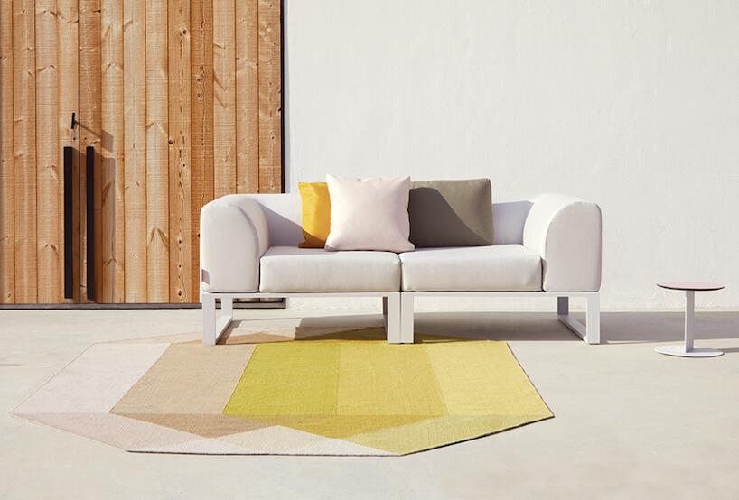 żółto szary dywan oraz szara sofa