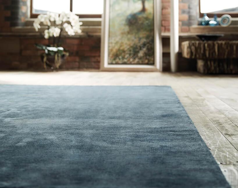 ciemno niebieski dywan wpokoju