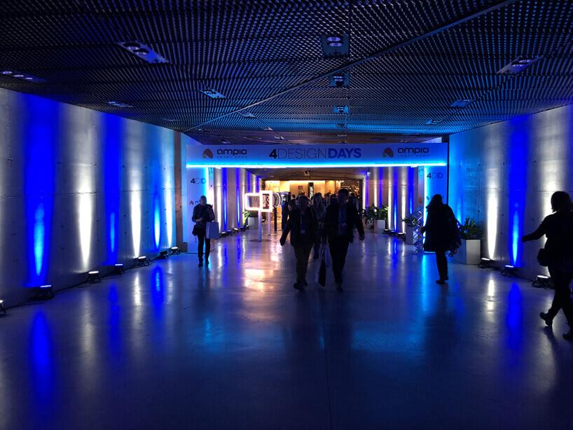 ciemny korytarz zniebieskim oświetleniem