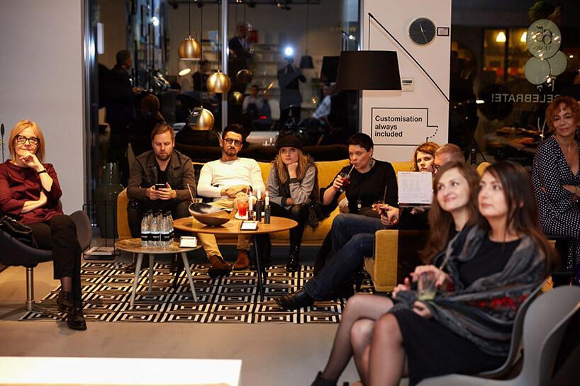 goście na 4 urodzinach BoConcept Warsaw przy stoliku
