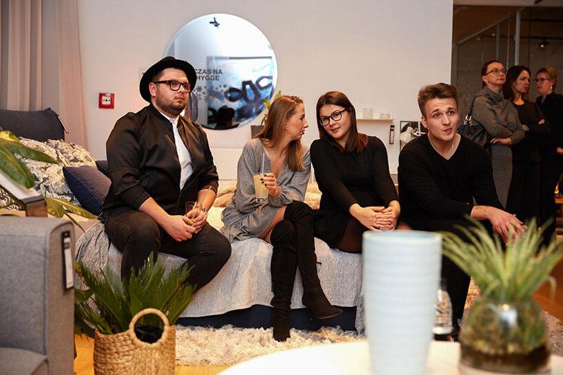 czworo gości siedzących na sofie