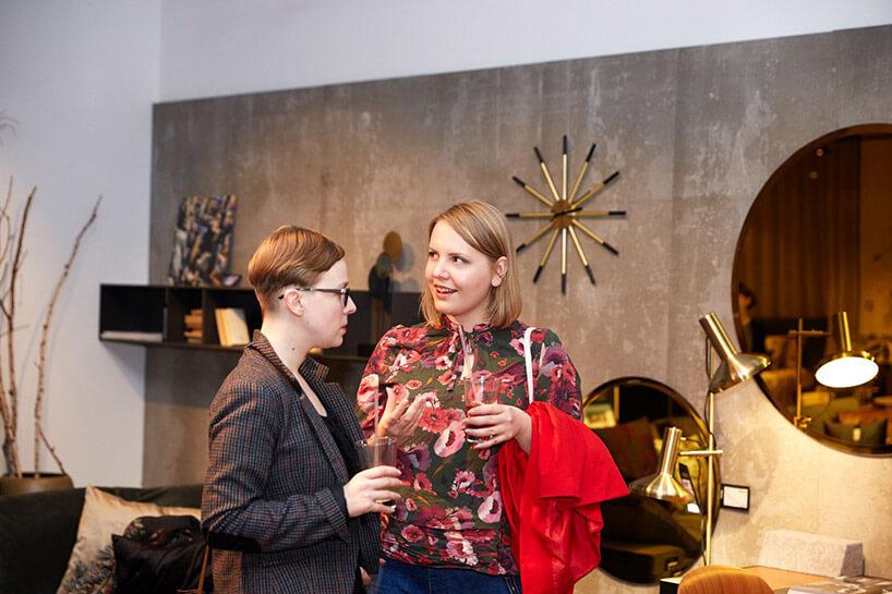 dwie rozmawiające kobiety