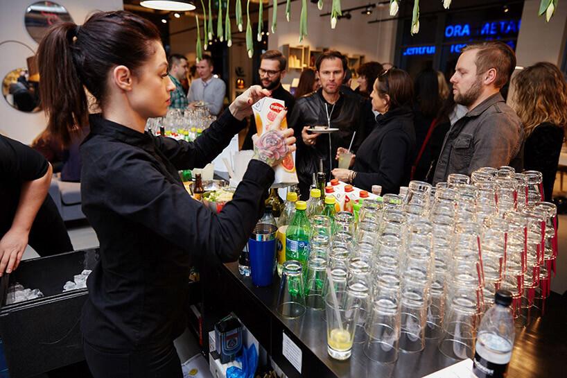 barmanka obok tacy czystych szklanek