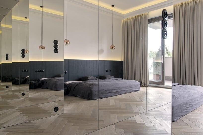 sypialnia wodbiciu lustrzanym ztubami wiszącymi wkolorach miedzi