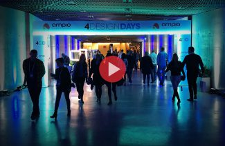 zdjęcie osób w wejściu 4 design days z punktowym oświetleniem