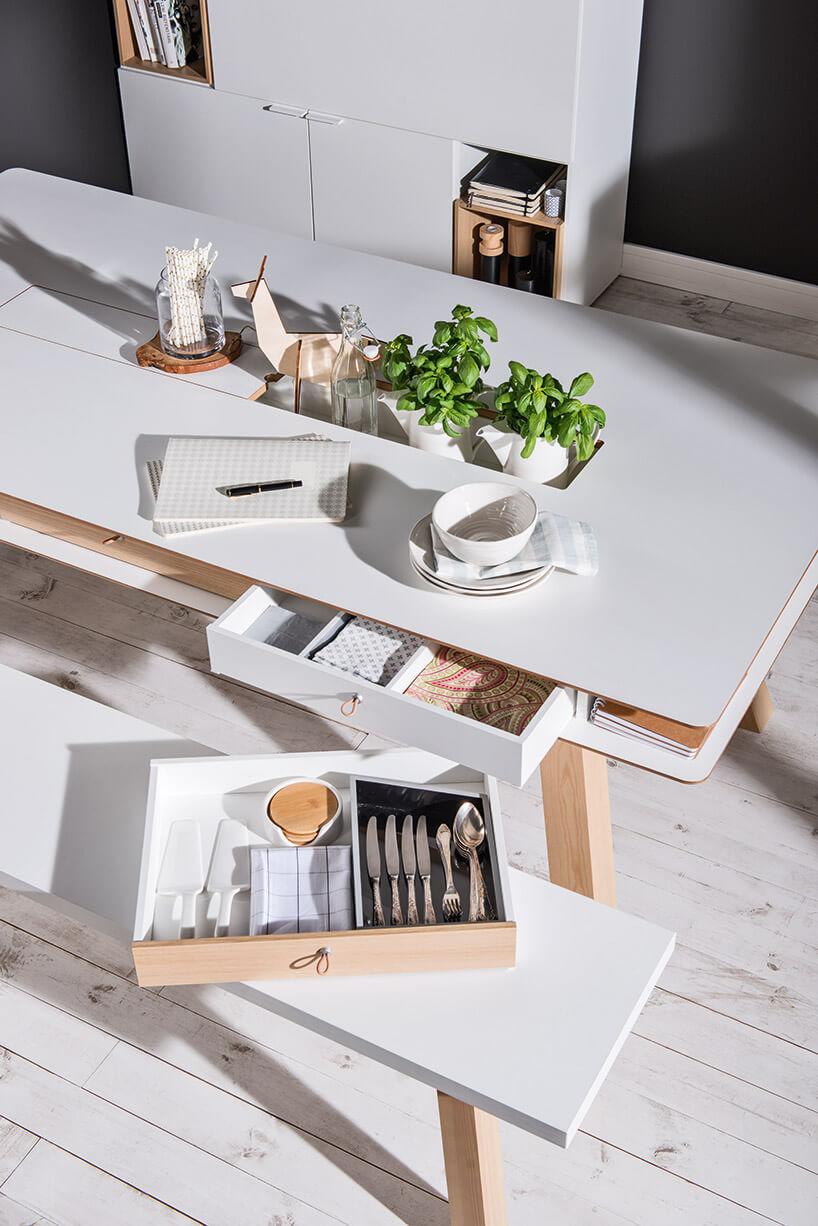 stół zwysunięta szufladą