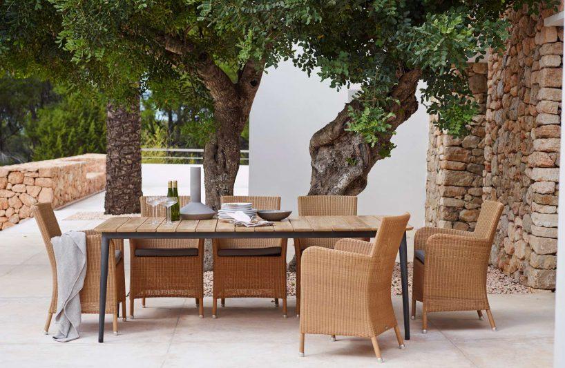zestaw smukłych krzeseł zwikliny obok stołu od CANE LINE