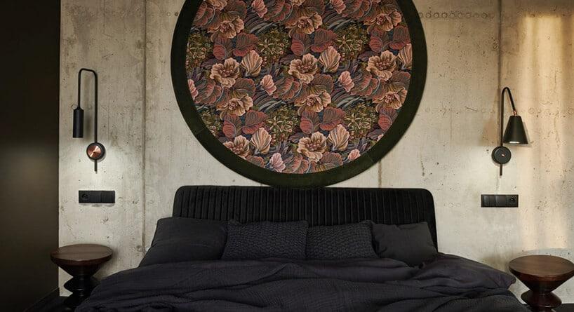 czarne duże łóżku pod okrągłym elementem zczarną obwódka izłotymi elemntami
