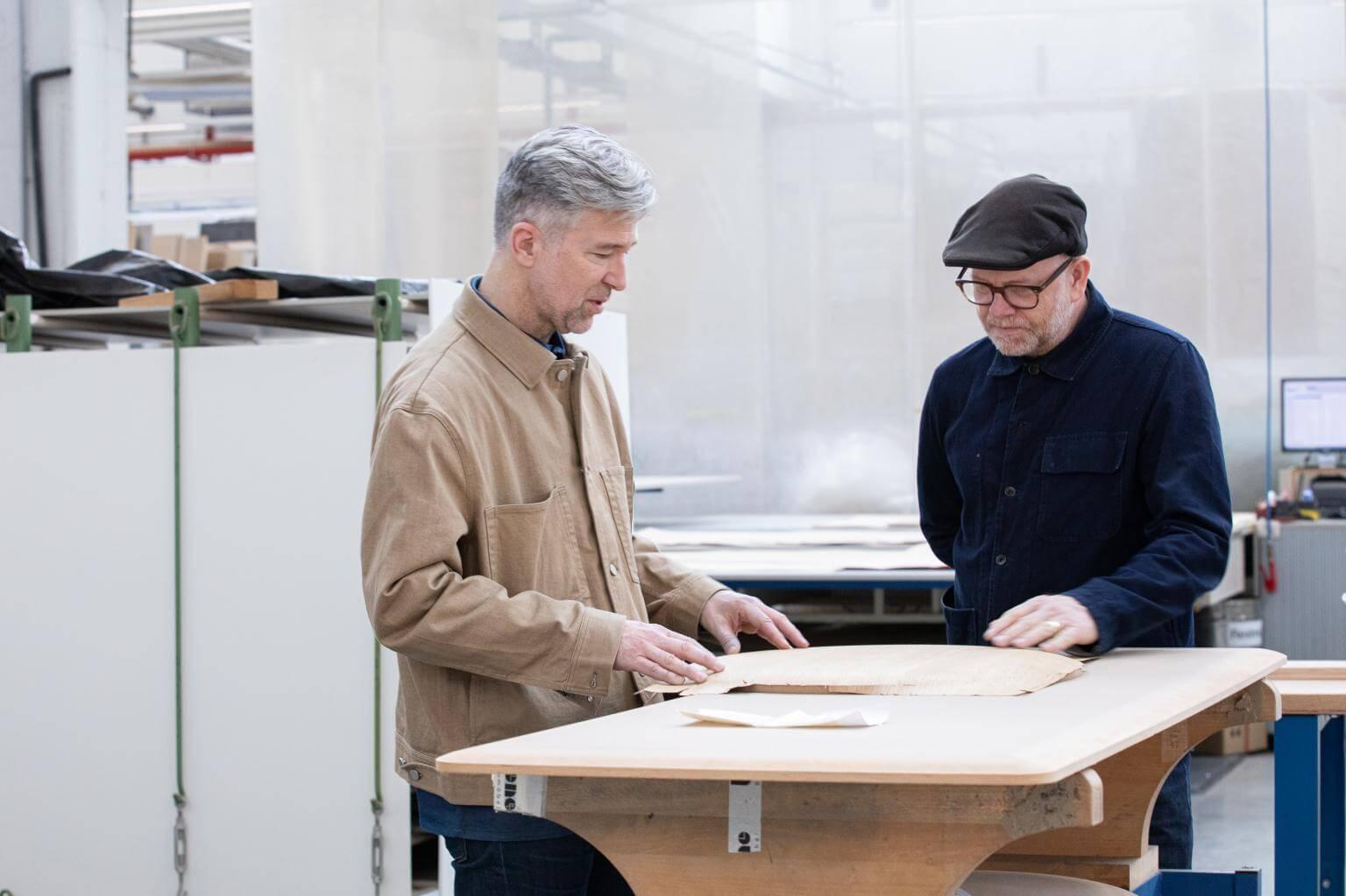 Luke Pearson & Tom Lloyd podczas pracy nad projektem przy stole zserii PORTS