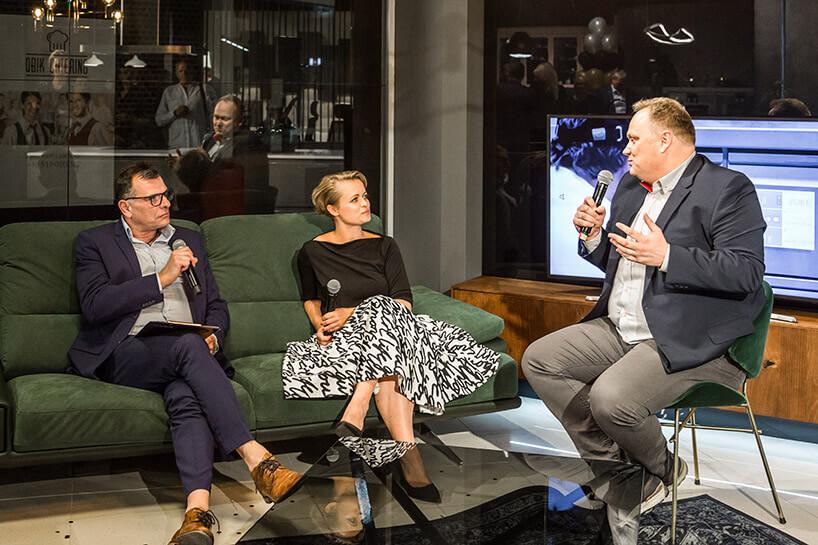 dwie osoby na sofie podczas wywiadu