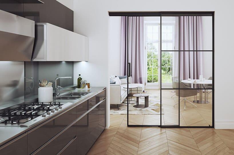 ciemno fioletowa kuchnia zbiałymi szafkami na górze wkolorze białym przy ścianie ze szklanymi drzwiami