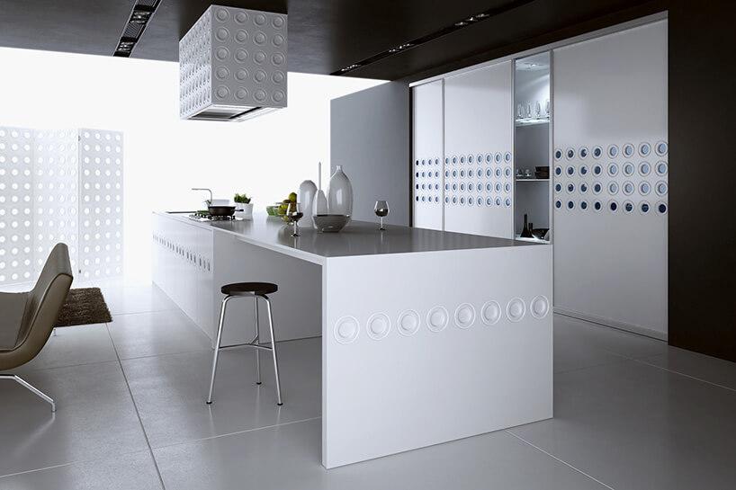 biała zimna wq wysokim połysku kuchnia zwyspą kuchenną na popielatych panelach