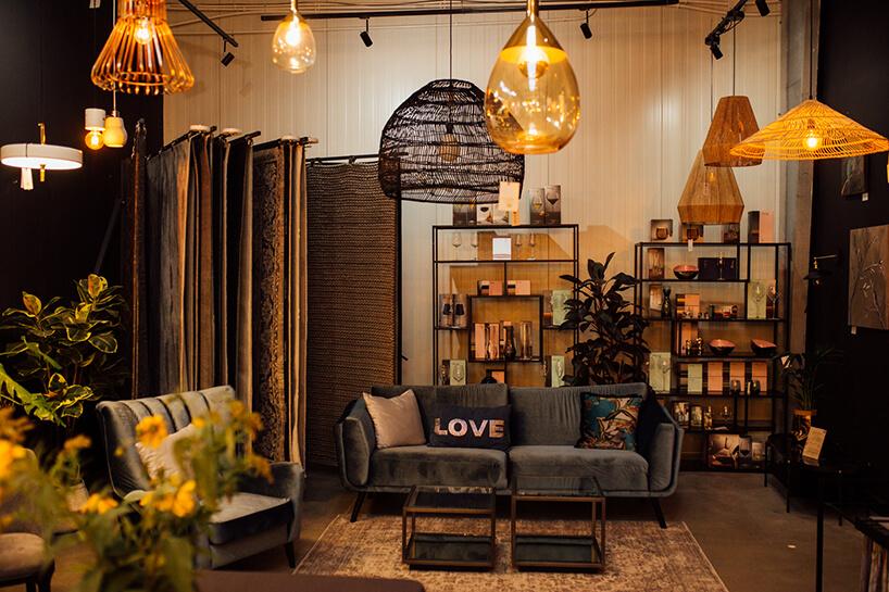 wyjątkowa ciemna sofa pod wieloma lampami waranżacji salonu na 10 urodzinach 9design