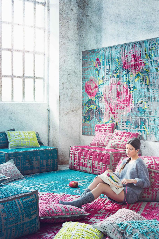 szary pokój zkolorowymi tkaninami