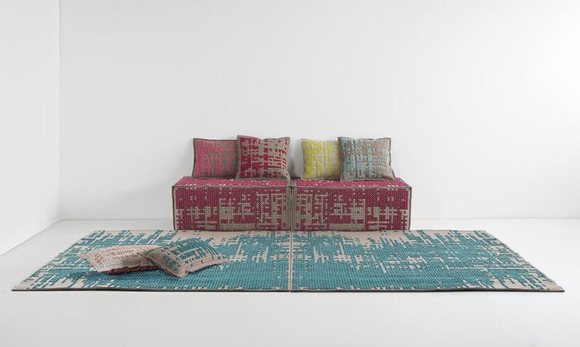 niebieski dywan zróżową kanapą