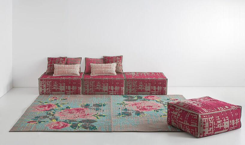kwiecisty dywan zróżową kanapą