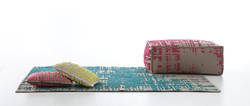 niebieski dywan zkolorowymi poduszkami
