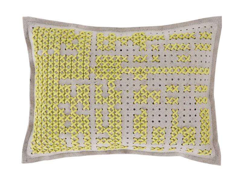 żółta poduszka zwzorem