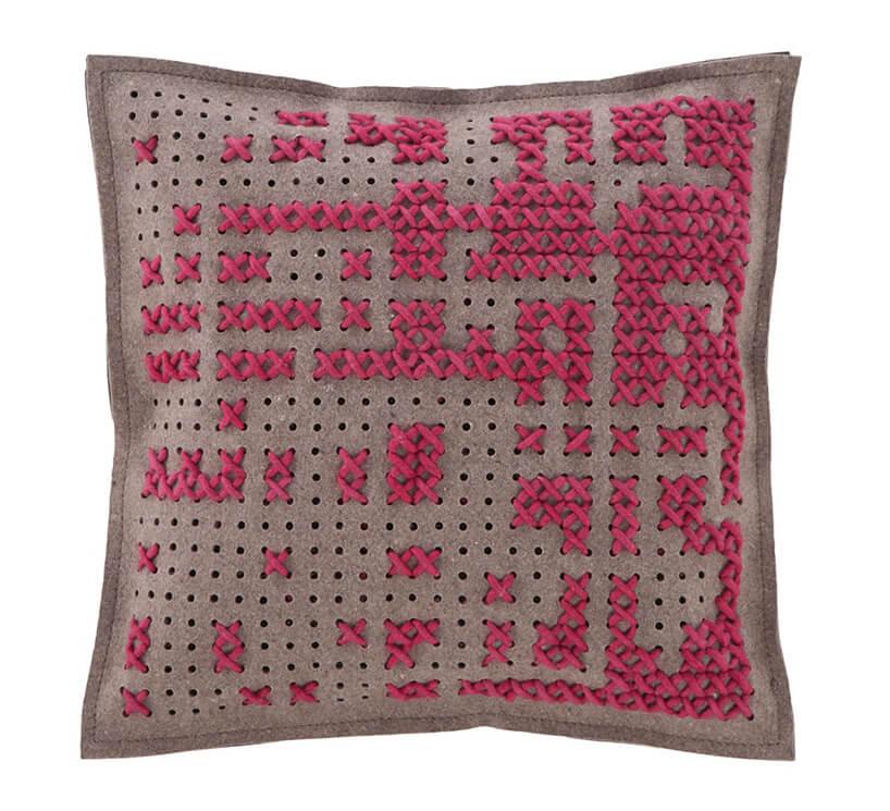 różowa poduszka zwzorem