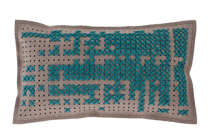 szeroka niebieska poduszka