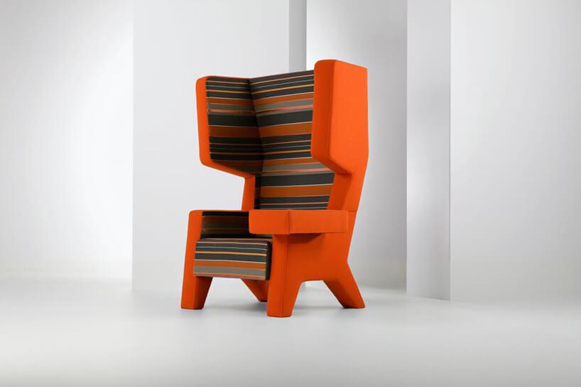 pomarańczowy fotel zpaskami