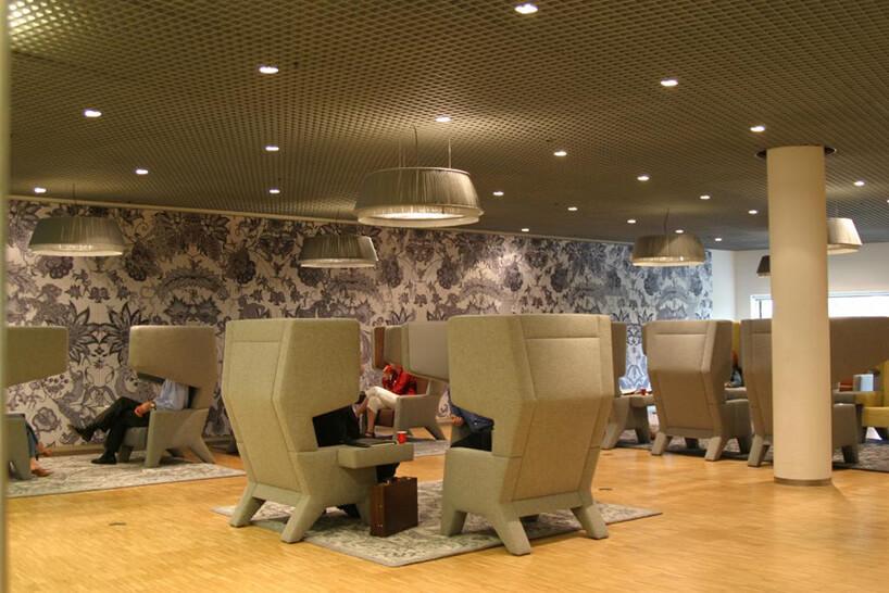 kawiarnia zdużymi fotelami