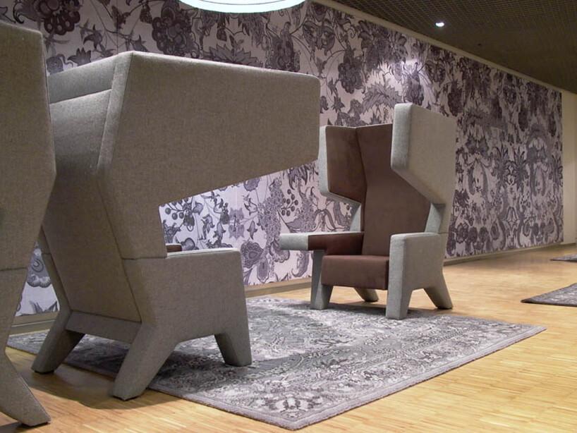 szaro brązowe fotele stojące na dywanie