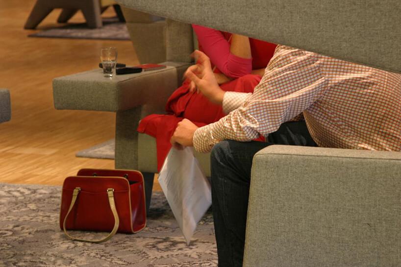 człowiek korzystający znowych foteli