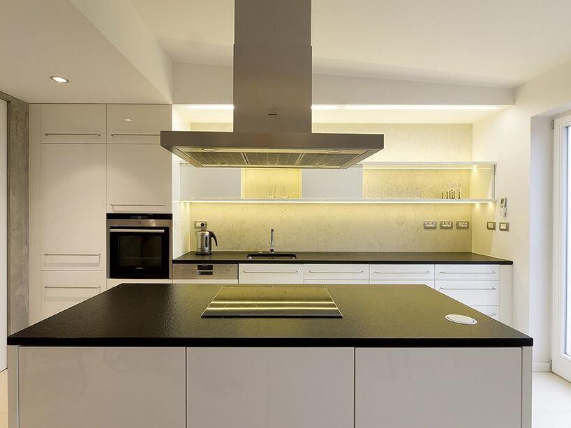 czarno biała wyspa kuchenna