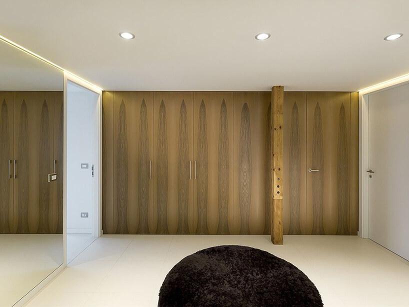 drewniany korytarz zlustarmi
