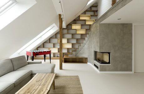 wnętrze salonu ze schodami na piętro z siatką zamiast poręczy