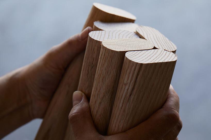 kilka drewnianych zaokrąglonych desek trzymanych wdłoniach