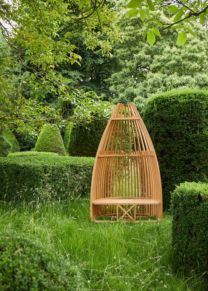 drewniane siedzisko od Au wzielonym ogrodzie